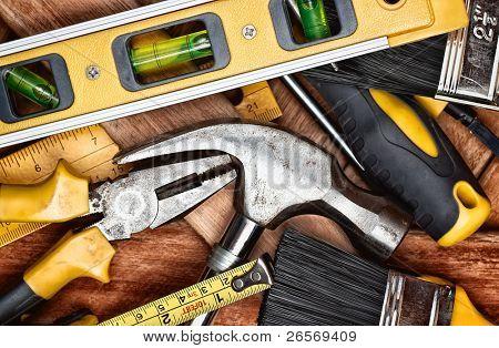 Conjunto de ferramentas manuais em um fundo de tábuas de madeira