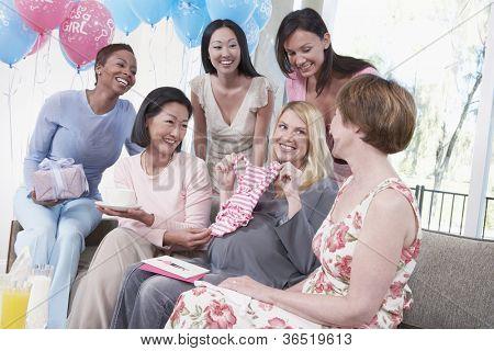 Gruppe von multiethnischen Freundinnen, die Teilnahme an Baby-Dusche
