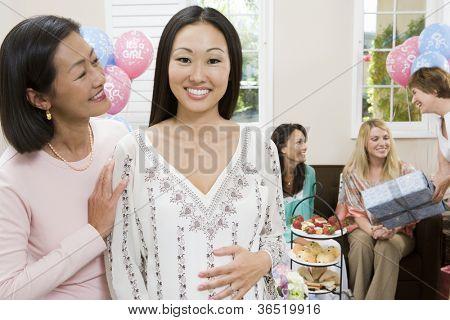 Porträt von glücklich schöne schwangere Frau mit reifer Freund auf ein Baby-Dusche