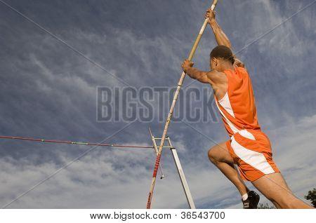Atleta masculino, realizando um salto com vara
