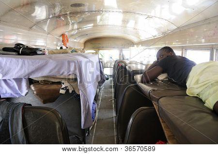 Vivendo dentro de um ônibus.