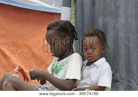 Crianças pequenas haitianas.