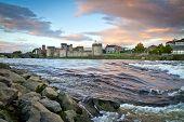 Постер, плакат: Король Джон замок на берегу реки Шеннон в Лимерике Ирландия