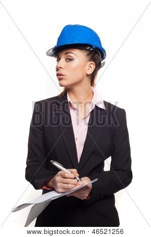Sexy Frau in einen Bauarbeiterhelm, Notizen und geben th Kamera einen verführerischen seitlichen Blick isoliert am Pfingstmontag