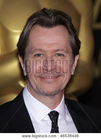 LOS ANGELES - 6 de FEB: GARY OLDMAN llega para el almuerzo del candidato 2012 Academy Awards en 6 de Feb de 201