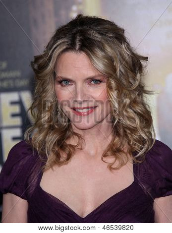 LOS ANGELES - DEC 05:  MICHELLE PFEIFFER arriving to