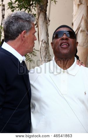 LOS ANGELES - 31 de maio: David Foster, Stevie Wonder na caminhada de Hollywood David Foster da fama estrela C