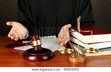 Juez sentado en la mesa durante las audiencias de la corte sobre fondo negro