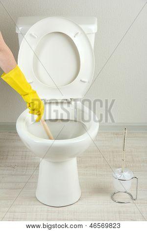 Frau benutzt ein Zocker, ein WC-Becken im Badezimmer Sprünge zu helfen