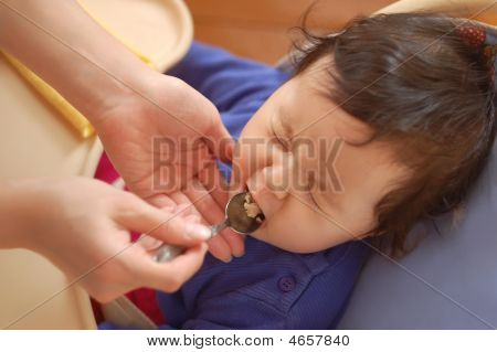 kleines Mädchen will Essen