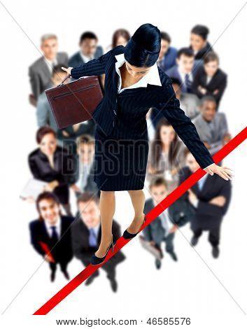 Young Business Woman walking on a Tightrope fast fallen auf weißem Hintergrund