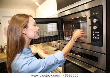 Prato de aquecimento mulher no microondas