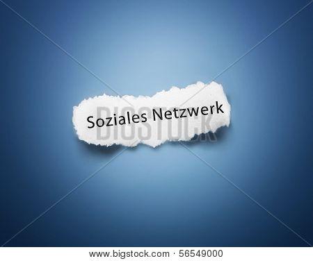 Text Soziales Netzwerk on white piece of paper