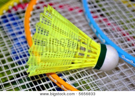 Shuttlecock em raquetes de badminton