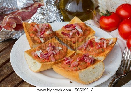 bread with tomatoes and jamon