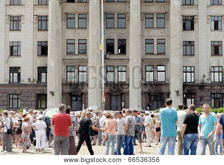 People outside the burnt Trade Unions House in Odessa coming to honor the victims of 2 May 2014 clas