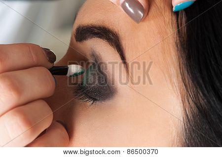 professional makeup artist impose eyeshadow