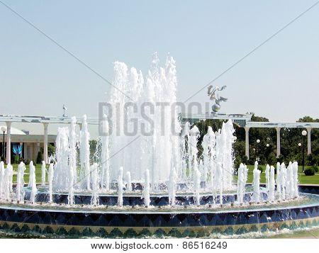Tashkent Fountain And Ezgulik Arch 2007
