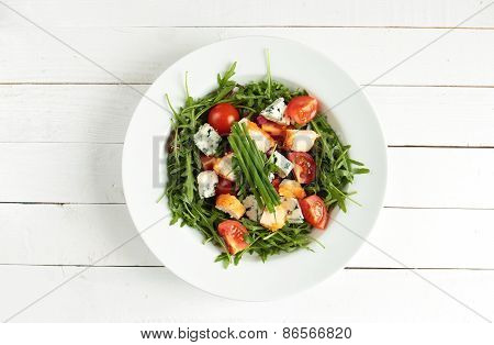 Salad with rucola, tomato, chicken breast and mildew cheese