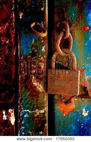 Antiguo candado oxidado colgando en la puerta