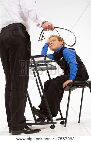Bedrohlichen Vater-Sohn mit einem Gürtel