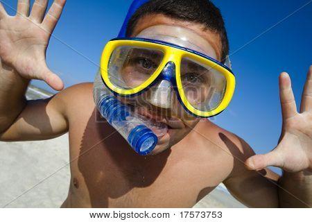 Tauchen glücklich in einem Swimming-Maske und Schnorchel. Lustiges Bild.