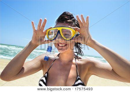 Glückliche Tauchen Mädchen in einem Swimming-Maske und Schnorchel