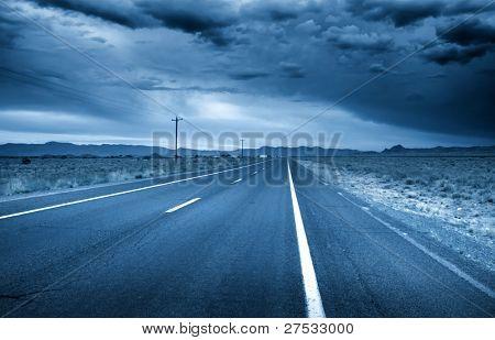 Desert drive con cielo tormentoso en color azul
