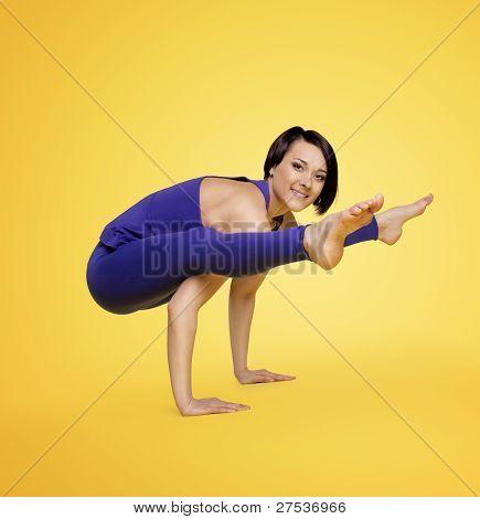 sonrisa y equilibrio del brazo de mujer ejercicio yoga