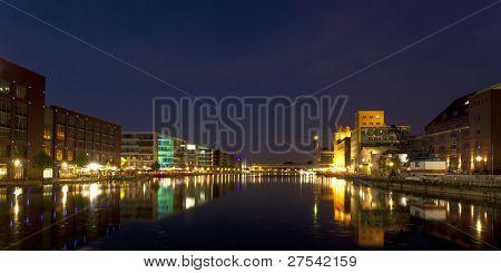 vista panorámica del puerto interior de Duisburg en la noche