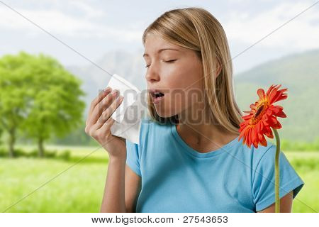 Young Woman blowing her Nose. Blumen, saisonale Allergene darstellt.
