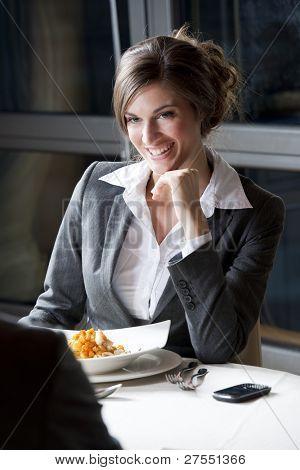 Empresaria en el restaurante