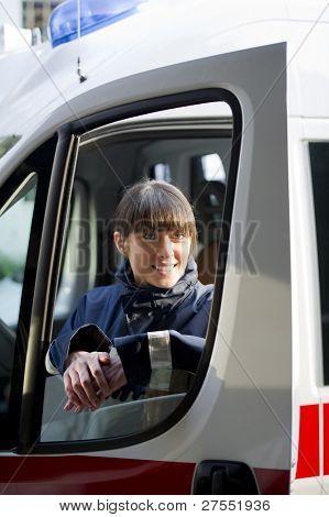 Mujer paramédico conducir ambulancia
