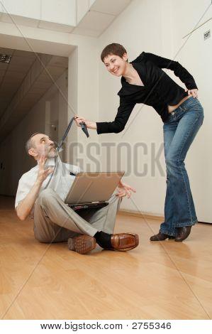 Sexy Sekretärin manipuliert einen Chef.