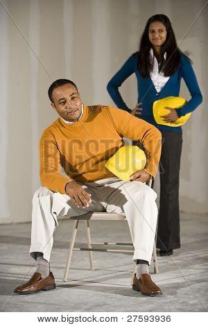 Mann und Frau im Büroraum für Buildout bereit