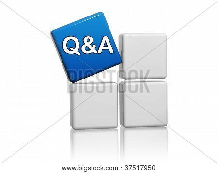 Blauer Würfel mit q&a Schild auf Boxen