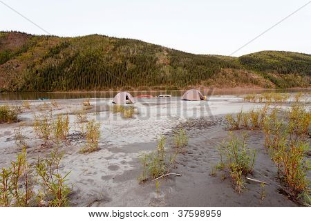 Kanu-Zeltlager am Yukon River in Taiga Wildnis
