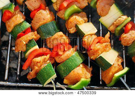 Gegrilltes Hähnchen und Gemüse Shashliks