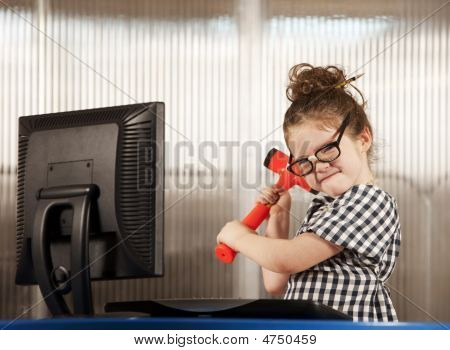 Chica nerd rompiendo su computadora