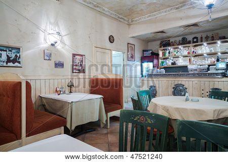 Moskau - JAN 2: Bescheidene innen Italienisch Restaurant La Cipolla am 2. Januar 2013 in Moskau, Russland.
