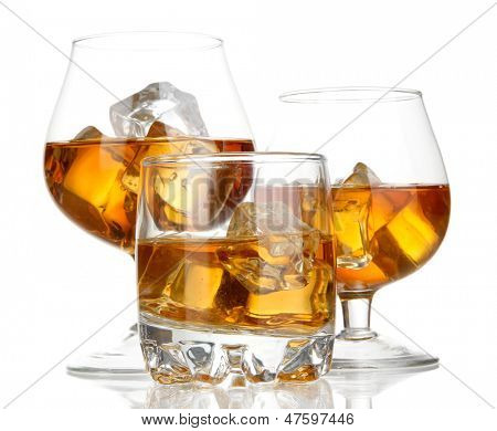 Copas de brandy con hielo aislado en blanco