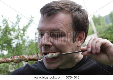 Hombre come Kebab