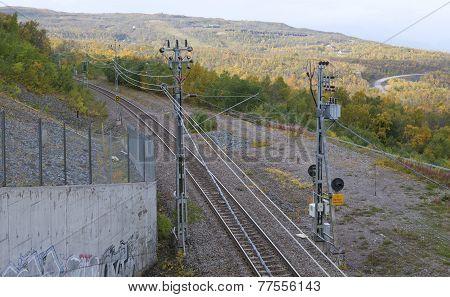 A railway, railroad runs through the mountains.
