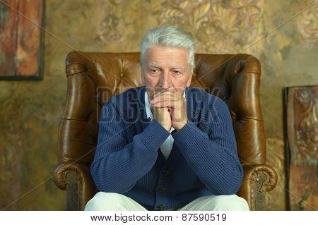 Elderly man sitting i