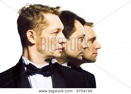Três amigos em um smoking preto