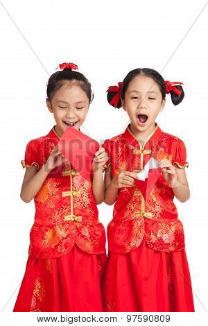 Asian Twins Girls In  Chinese Cheongsam Dress  With Red Envelopes