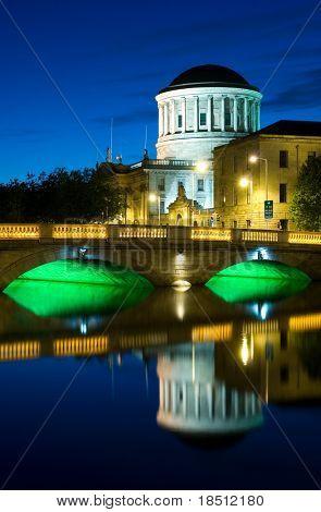 Fluss Liffey und Four Courts, die Gebäude in Dublin, Irland