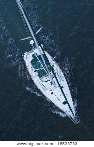 vista aérea del velero en el mar