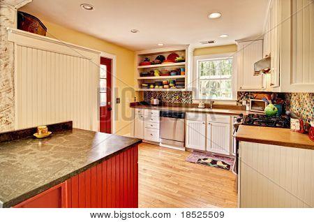 cocina ecléctica con vitrinas de azulejo y blanco
