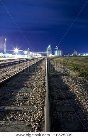 Railyard y silo en la noche con una capacidad de copia